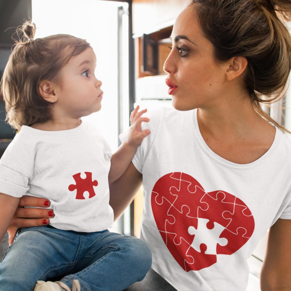 Roditelji i dijete postavili su Puzzle Hearts